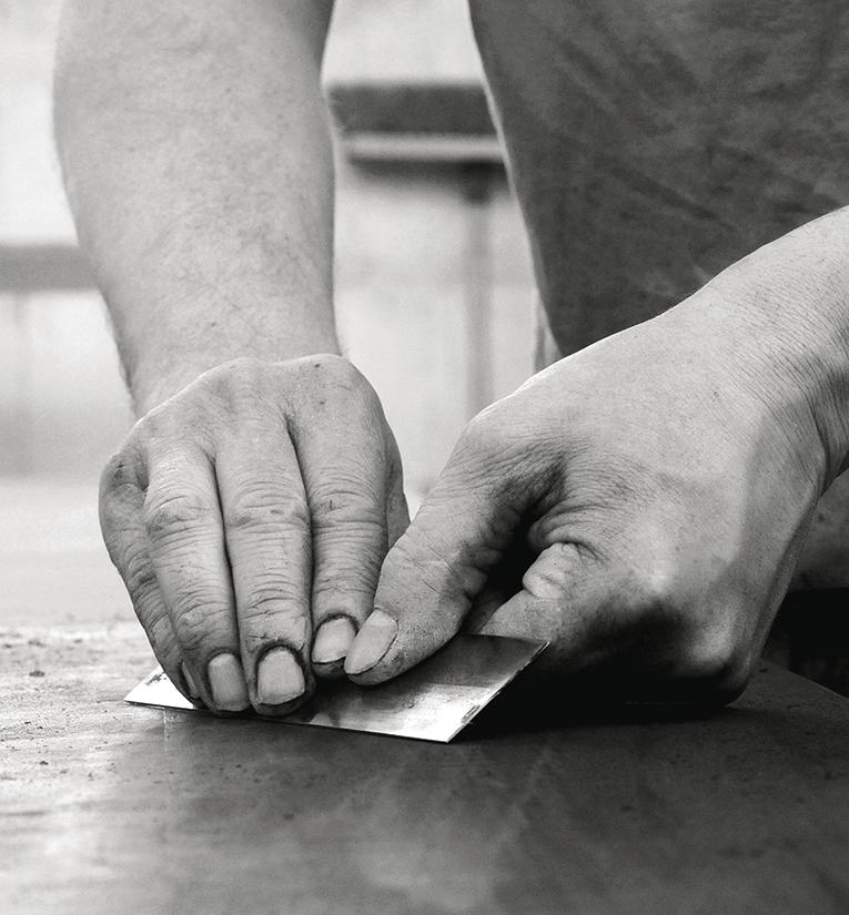 Homme travaillant le bois chez Ateliers Muquet